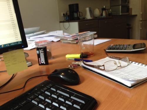 Het bureau lijkt aardig leeg vandaag. Het werk is digitaal vandaag