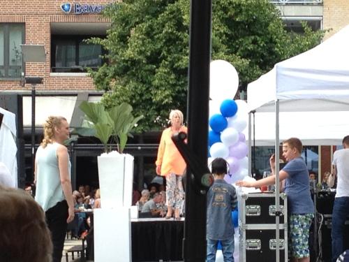 Modeshow op de markt. Annie loopt mee