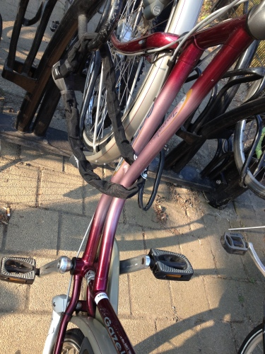 Tijd om het stalen ros weer van stal te halen. Op de fiets naar het station.