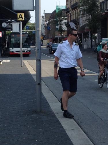 Tijd om naar huis te gaan. Ik ben dol op de chauffeurs van De Lijn. Die Belgen passen hun kleding aan zodra de zon tevoorschijn komt. Zie ik ze hier nog niet doen.