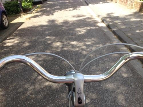 Rondje dorp. Hup op de fiets