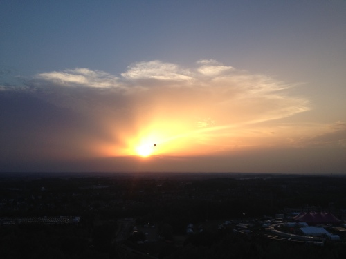 Langzaam verdwijnt de zon.