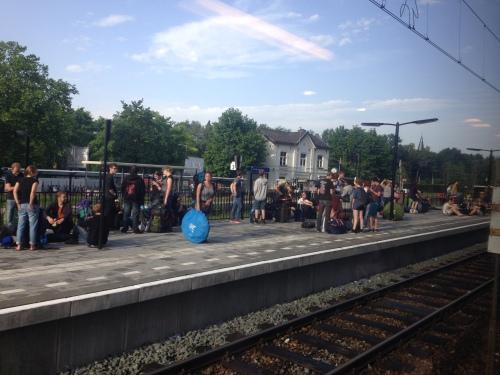 Reis met hindernissen. In verband met de grote hoeveelheid Pinkpop gangers rijdt onze trein niet verder dan Landgraaf. Allemaal overstappen dus...en dan in Heerlen weer.
