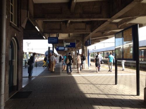 Ook de reizigers in Maastricht hebben last van de Pinkpop gangers. De omroeper heeft het er maar druk mee.