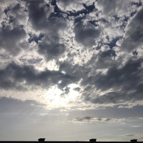 Aan de voorkant spelen wolken en zon weer om de eer. Ik zoek de koelte op. Dag dag, tot morgen!