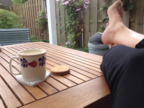 Na stevig sporten is het goed uitrusten. Met koffie en een koekje.