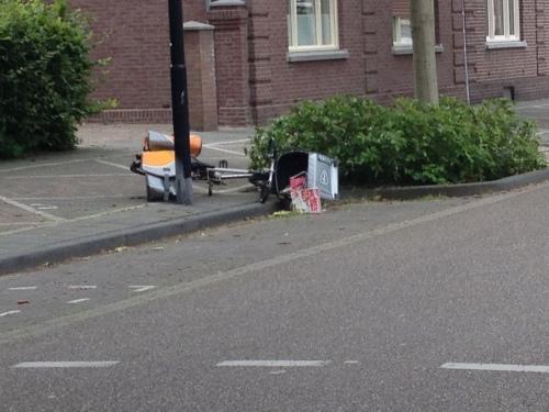 Een gevallen fiets. Maar....waar is de posbode???