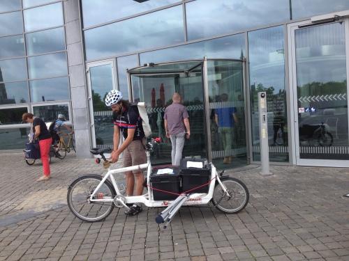 Tijd voor een frisse neus, Kekke fietskoeriers hier in Maastricht met een volle bak.