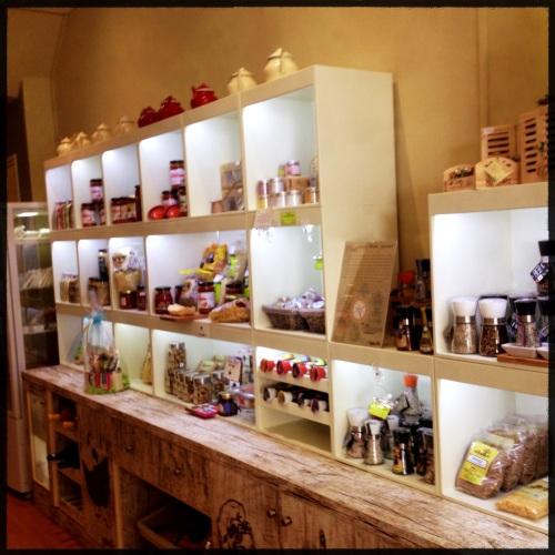Griekse kruiden specerijen en specialiteiten. Een fijne zaak en een hele vriendelijke Griek die ons alles wel wil laten ruiken.