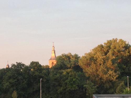Zelfs de toren heeft de juiste kleur. Dag dag, tot morgen.