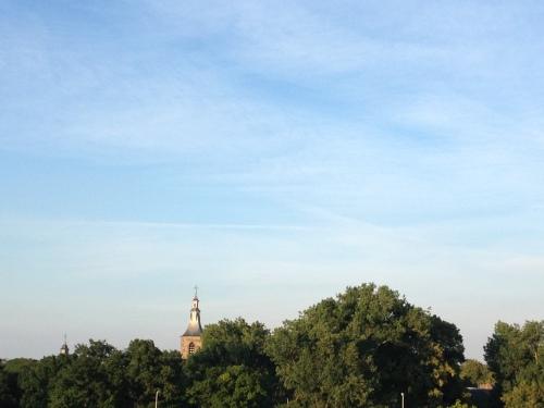 De toren houdt zich kranig staande tussen al dat oranje geweld. Dag dag, tot morgen!