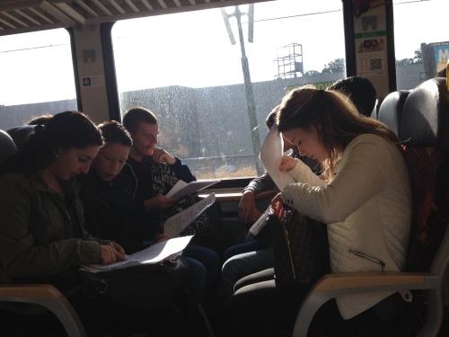 Proefwerkweek...er wordt naarstig overleg gevoerd door de scholieren in de trein.