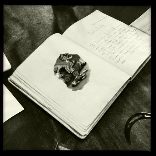 Oude poëziealbums komen op tafel.
