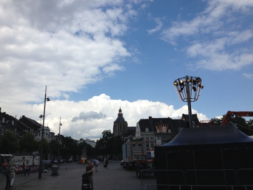 Prachtige wolken boven de markt waar vanavond de Tros Zomertoer aanwezig is. Ben ik blij dat ik daar ver vanaf zit.