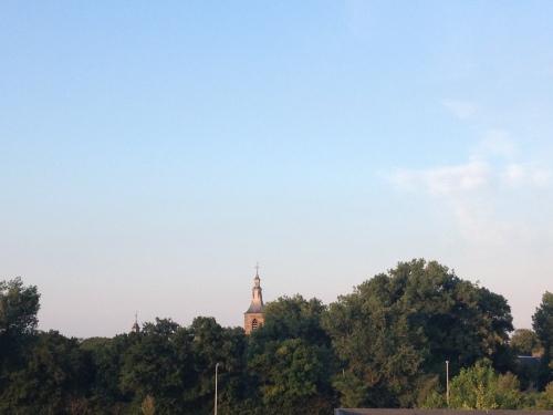 De toren heeft niets met oranje, rose voert hier de boventoon. Dag dag, tot morgen