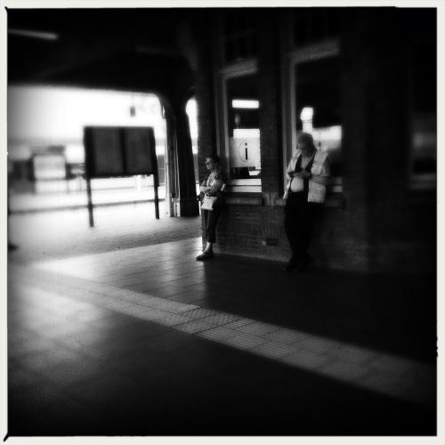 Hangouderen op het station