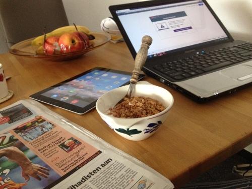 Typische zaterdagochtend. Krant, bakje yoghurt, ipad, laptop. Nieuwtjes en berichten opslurpen.