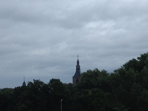 Zelfs de toren ziet het somber in. Ik ben er van overtuigd dat het goed komt. Dag dag, tot morgen!