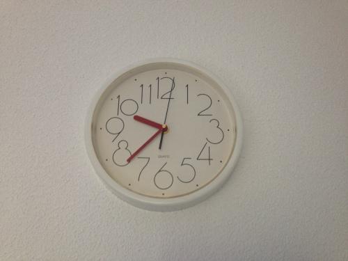 Hoe laat? dat krijg je als je tot in de late uurtjes aan de buis gekluisterd zit