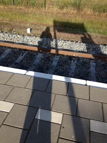 Op een klein stationnetje, stond Loesje in het zonnetje..