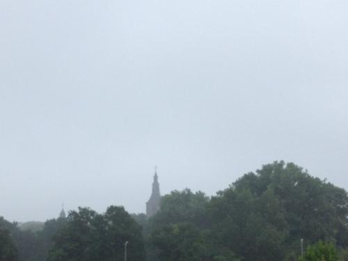 Speciaal voor Stella beginnen we met een blik op de toren. Zonniger zal het niet worden vandaag.