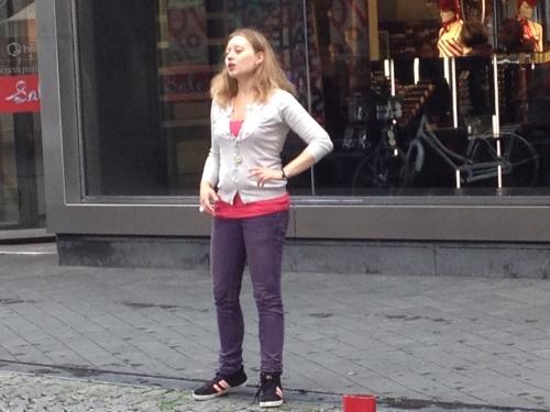 Deze jongedame zingt als een nachtegaal.