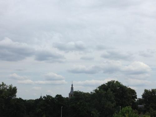 De toren wordt weer ingepakt. Wollig wit.
