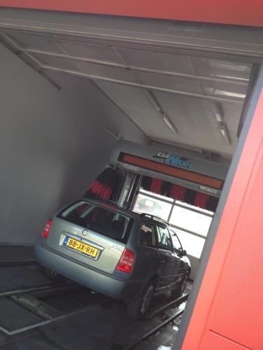 De auto moet ook schoon.