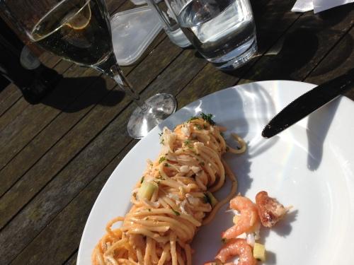 Spaghetti met krab en garnalen, stokbtood, glaasje wijn. Lunch Scarabee style.