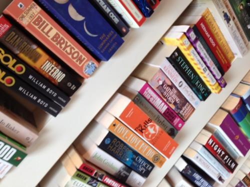 Met mijn neus in de boekenkasten van De Leeskunst snuffelen en dan ook nog met nieuw leesvoer de winkel uitlopen. Geluk zit in een boekje (of twee)