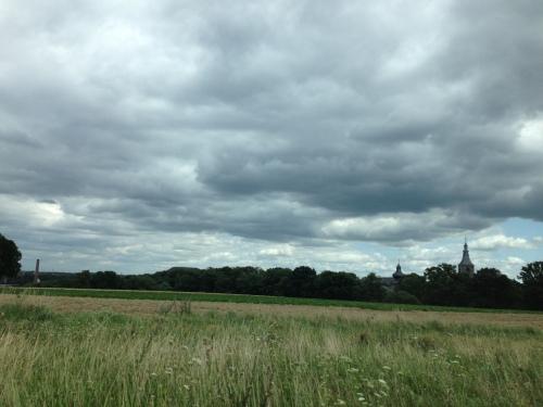Er hangen weer donkere wolken boven de toren.